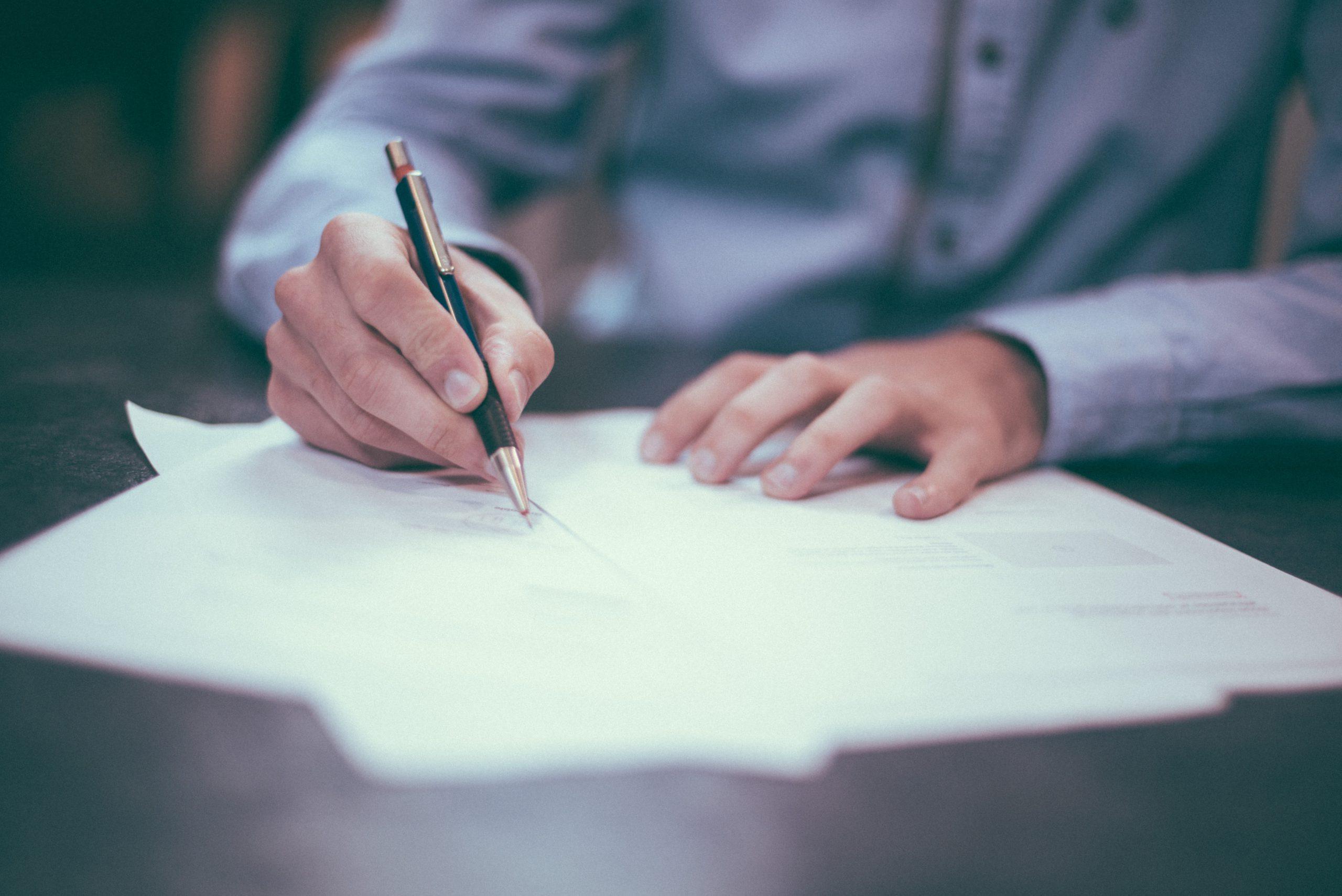 Szerződéskötés - a képen az aláírás pillanata