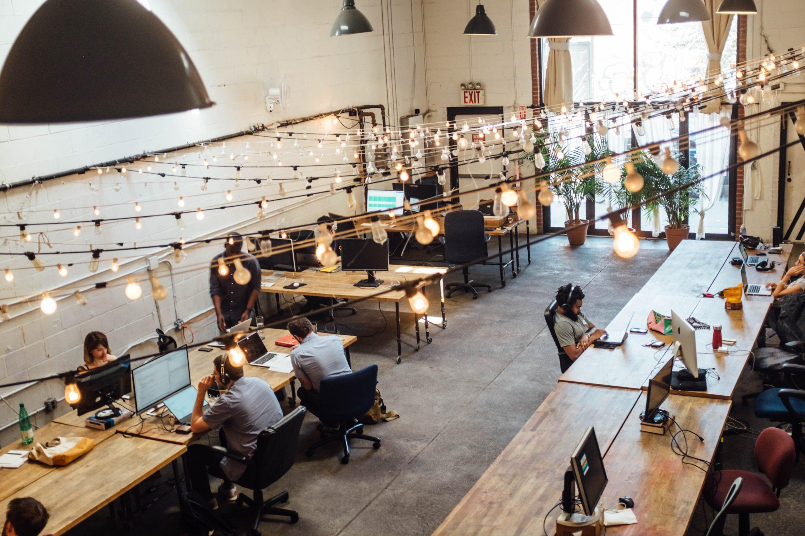 Egy coworking-iroda, ízlésesen berendezve. Tökéletes hely a részmunkaidős munkavégzésre.
